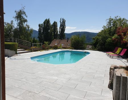 Rénovation d'une plage de piscine.