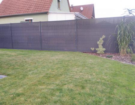Pose de clôture avec kit d'occultation en pvc